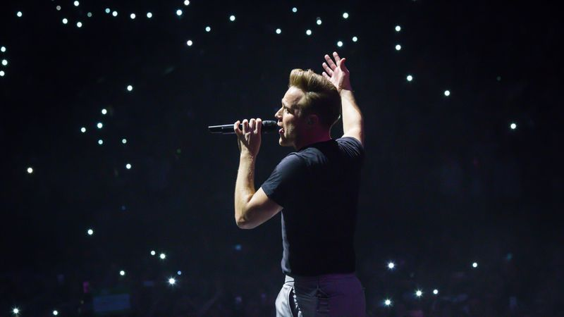 Which American rapper featured on Olly Murs' song, Moves?