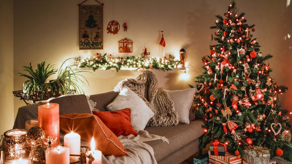 Putting up your Christmas decorations early could make you a happier ...